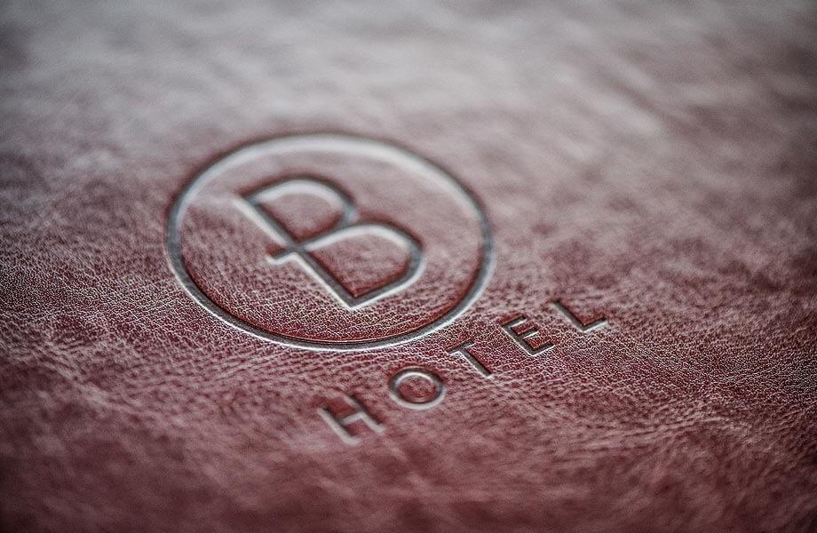 Unsere Zimmermappen und Hotelmappen. Hier in feinstem Leder mit einre Logoprägung.